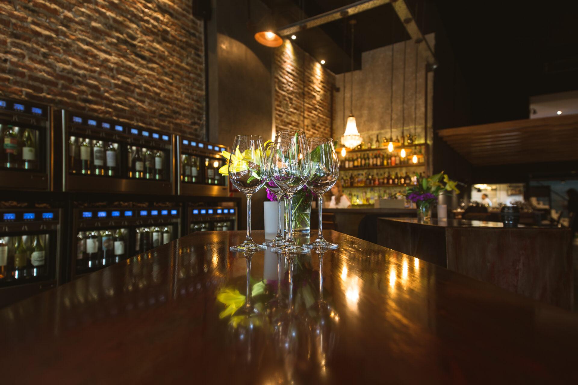 Copas sobre una mesa en Vico Wine Bar.