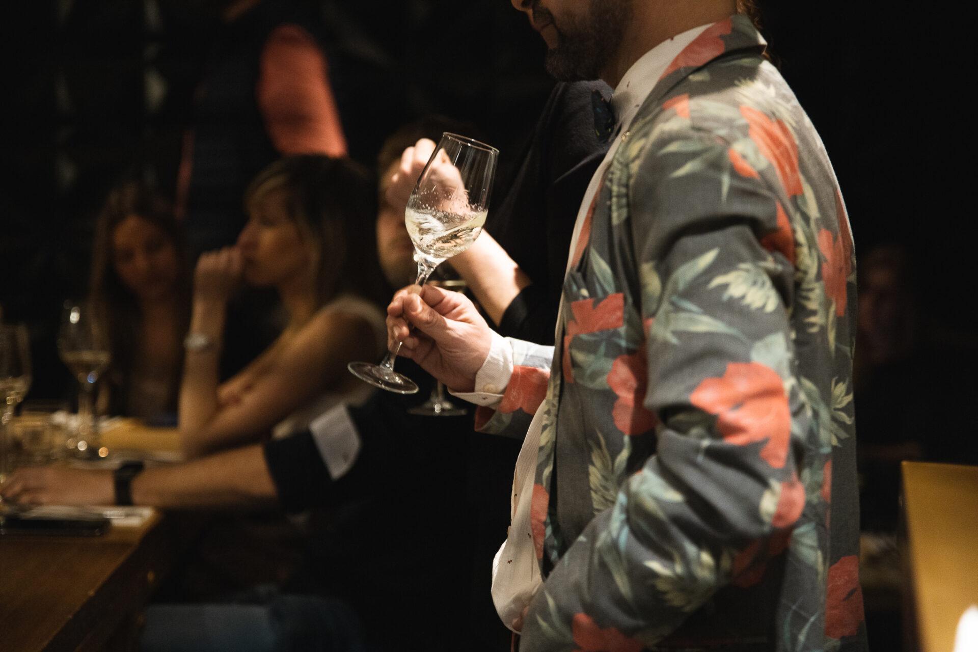 Persona con una copa en Vico Wine Bar.