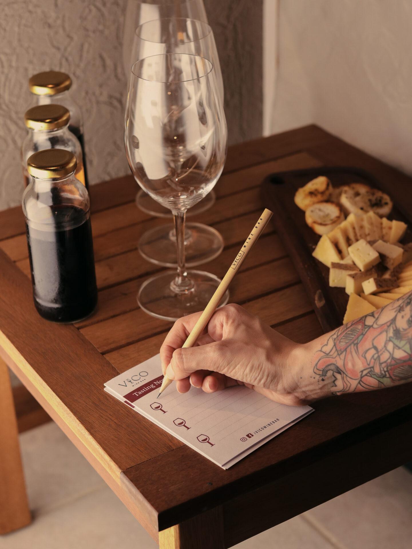 Plato y copas en Vico Wine Bar.