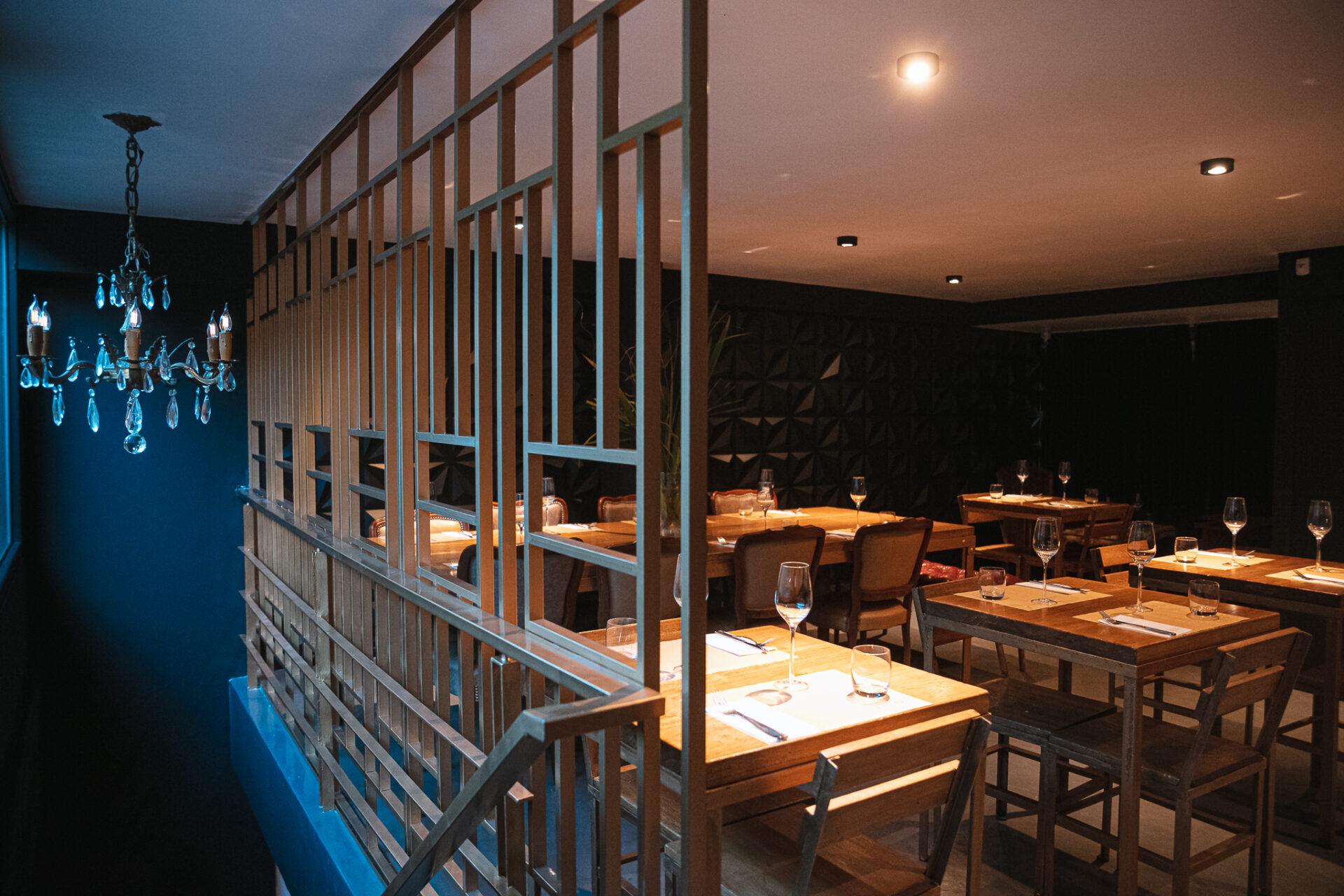 Mesas interiores en Vico Wine Bar.