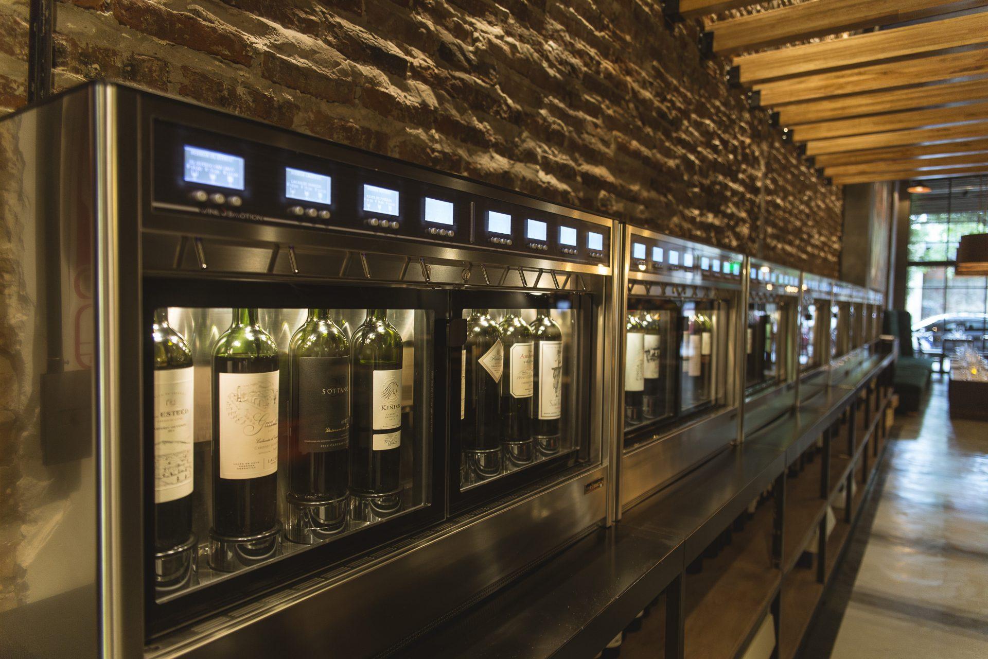 Máquinas expendedoras de vinos en el bar Vico Villa Crespo.