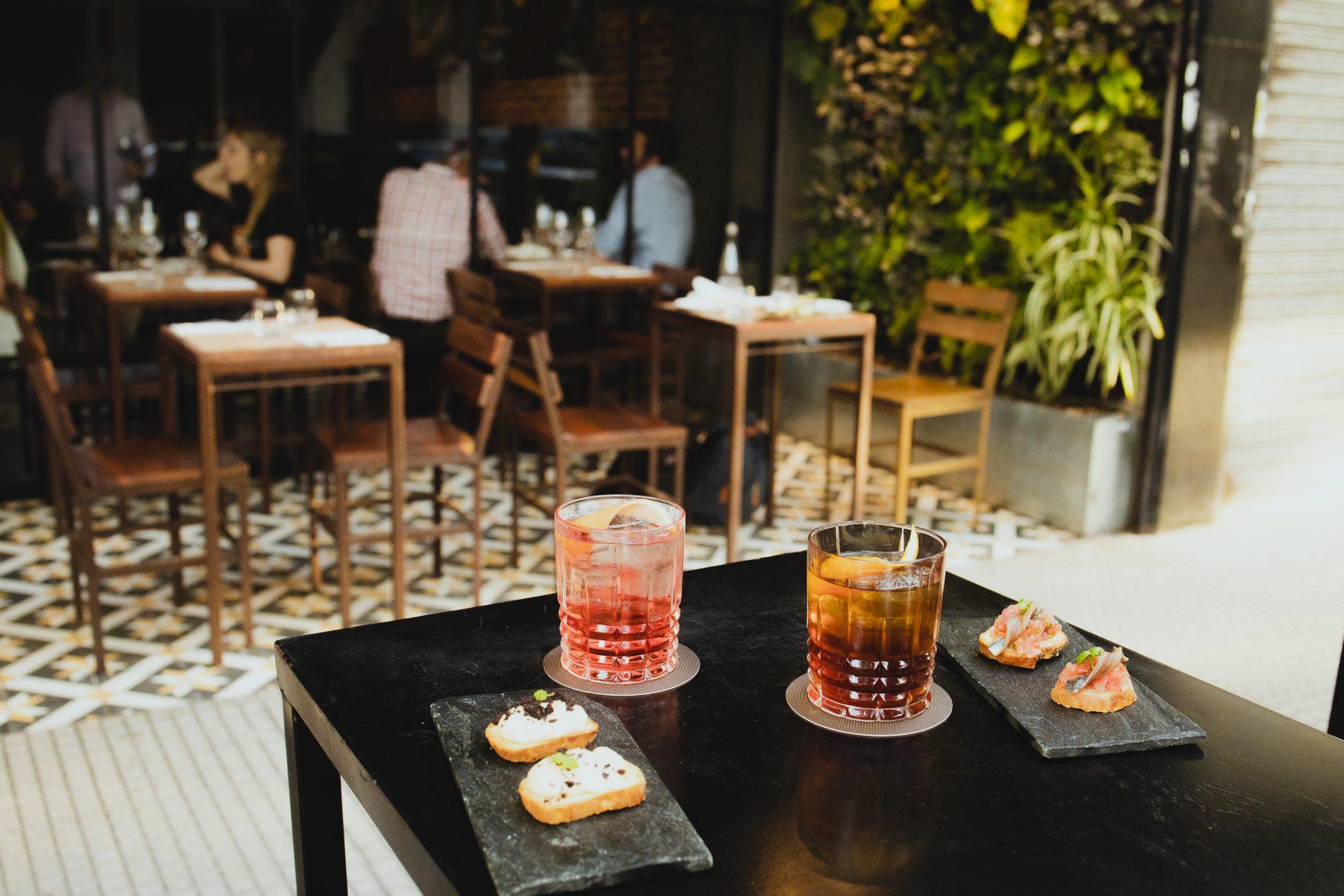 Cocktails en el bar Vico Villa Crespo.